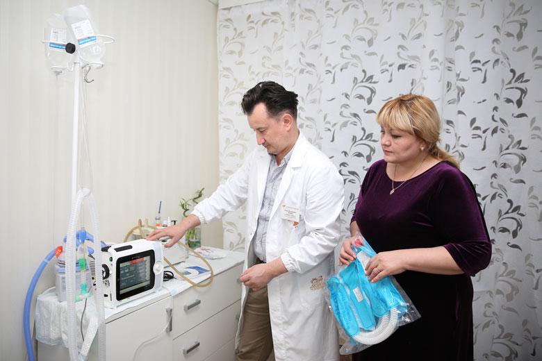 Руководитель реанимационной службы ДРКБ Игорь Закиров и мама Элины Абдрашитовой Ролия