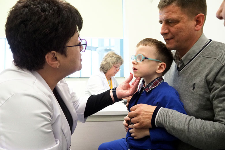 Артем, как и Илона, потерял зрение из-за остеопетроза